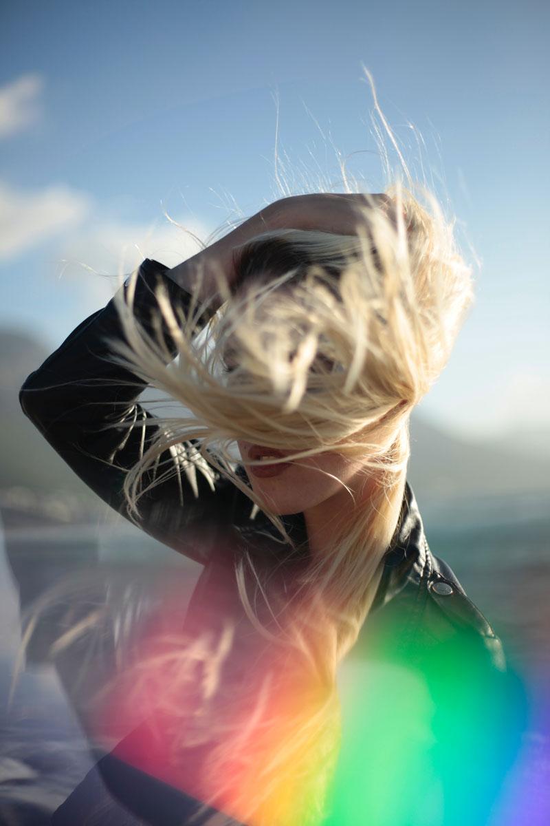 dışarda güneşli bir havada sarışın bir kadın