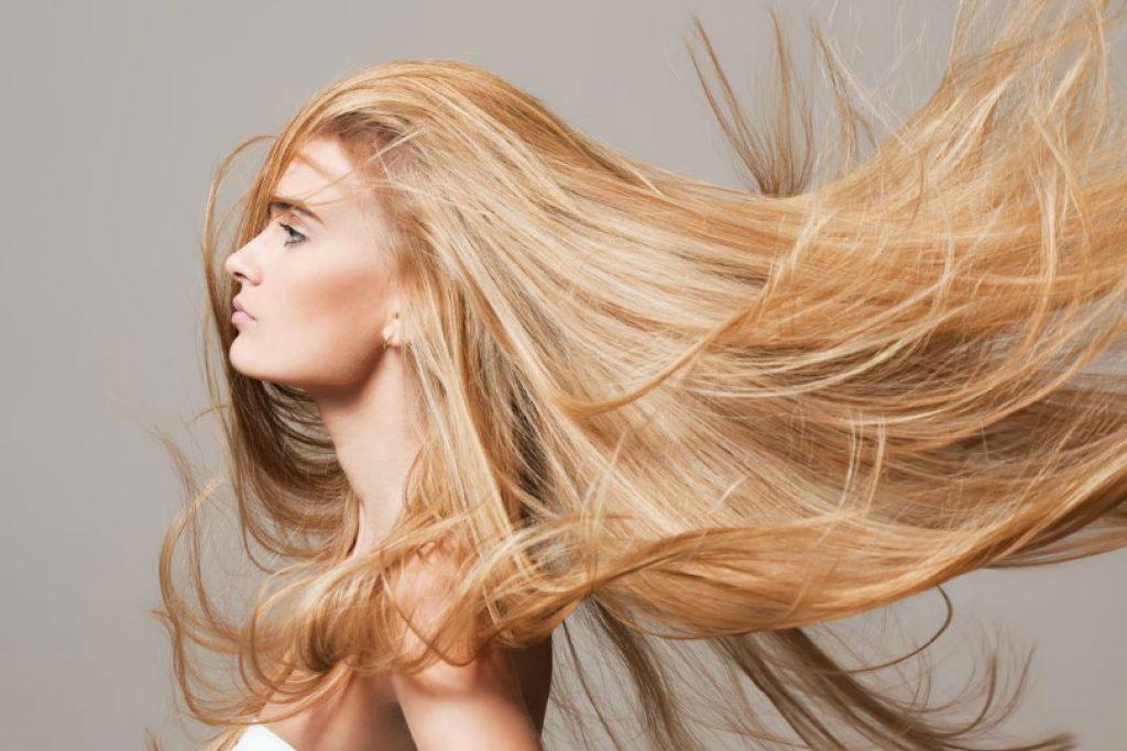 sarışın saçları uçuşan güzel kadın